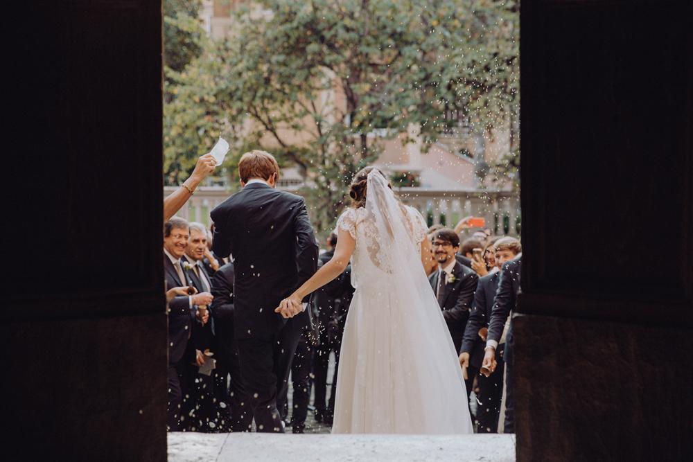 abito sposa morbido in pizzo, uscita degli sposi chiesa