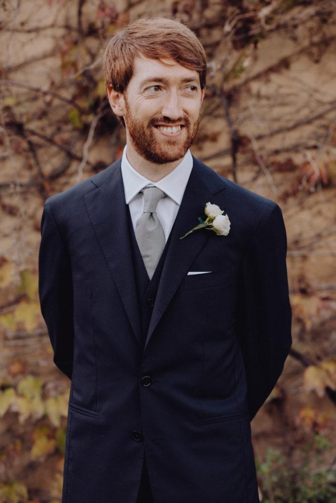 completo sposo blu elegante, cravatta grigia, boutonniere rose
