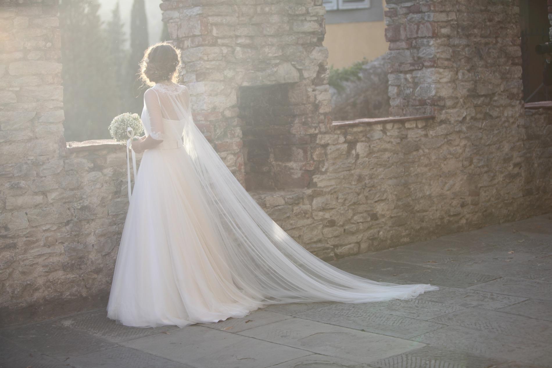 un abito da sposa sartoriale a Milano, couture hayez, abito sposa con mantella leggera