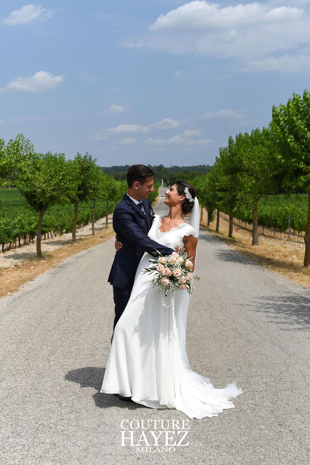 matrimonio in provenza, foto sposi in provenza, sposa con boquet rosa e abito couture hayez