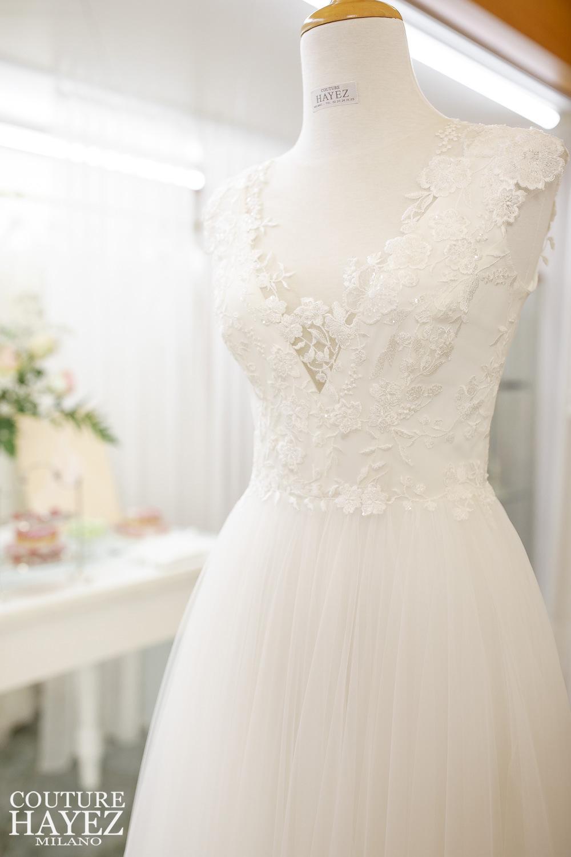 vestito da sposa originale con scollo ricamato iun pizzo e gonna in tulle