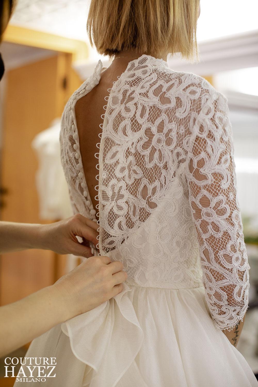 abito da sposa con bottoncini, abito da sposa schiena pizzo, abito da sposa con maniche in pizzo, alta sartoria sposa milano
