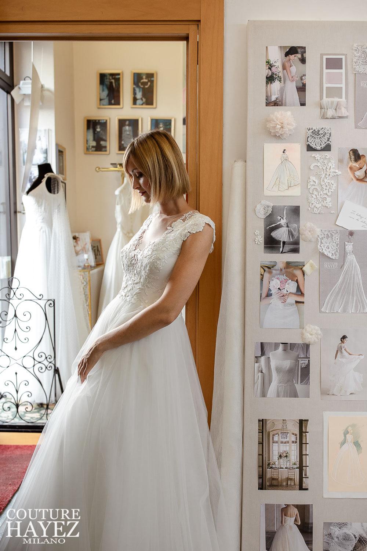 vestito da sposa con scollo, ricami in pizzo e ampio in tulle