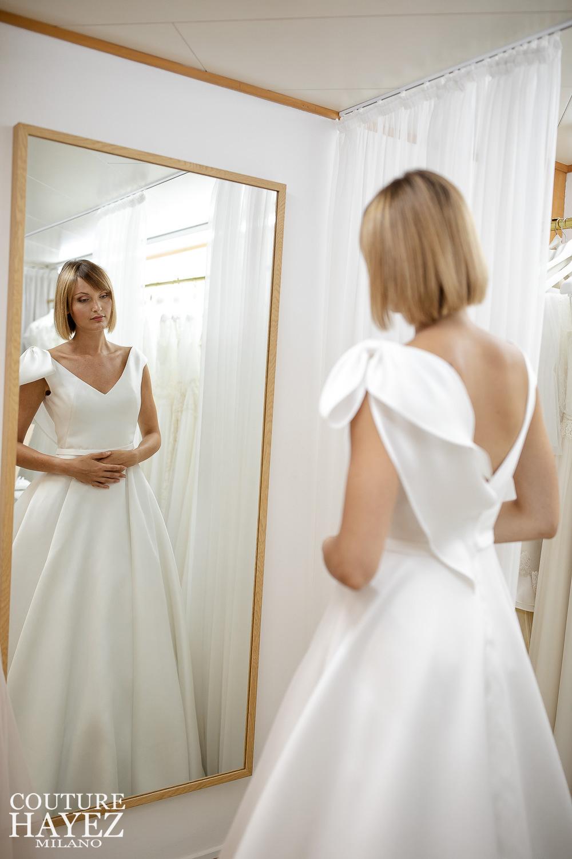 abito da sposa in mikado con fiocco su spalla