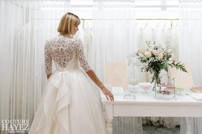 vestito da sposa lineare e simmetrico in pizzo e organza