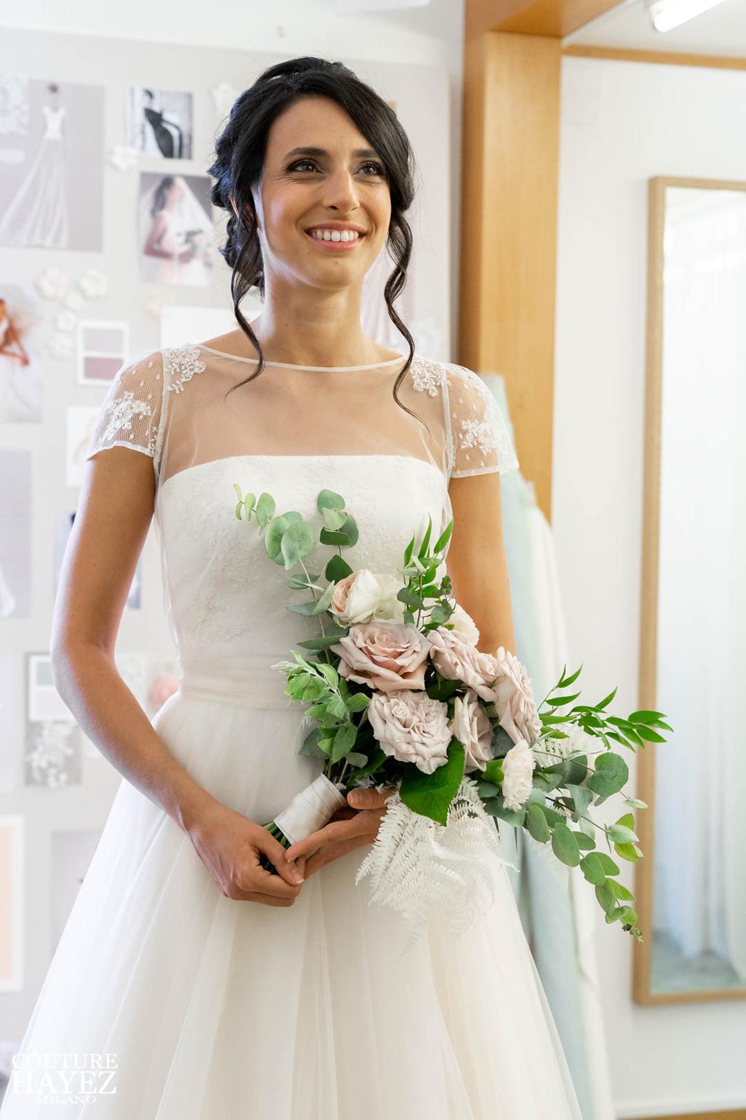 bouquet da sposa naturale con rose e eucalipto in mano alla sposa, bouquet rose westmister abby , bouqet sposa per abito cipria