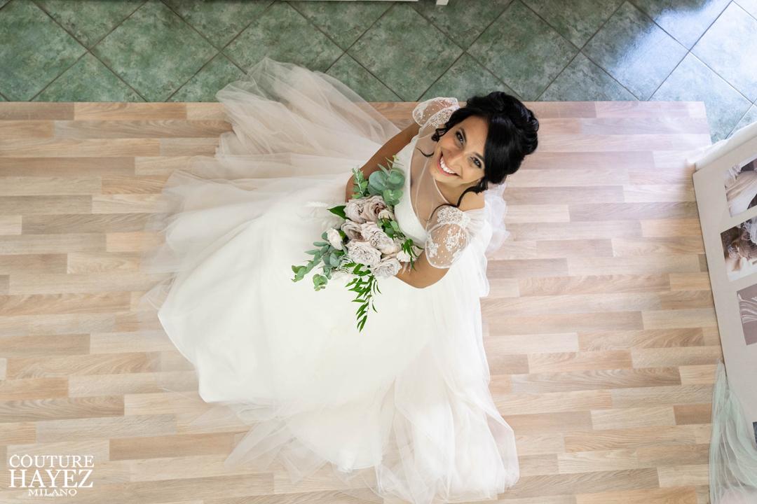 sposa con abito in tulle e pizzo francese rosa cipria