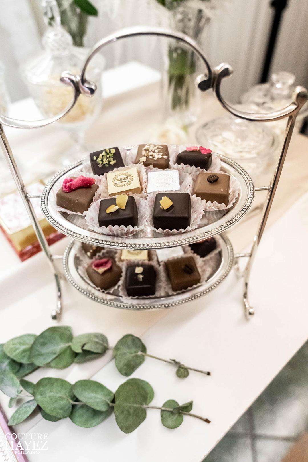 alzatina con praline e cioccolatini farage milano, idee regalo di pregio per natale