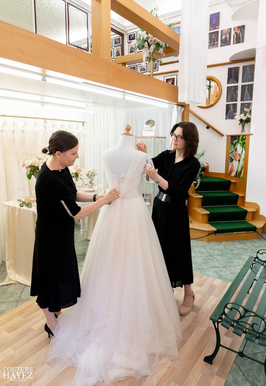 ultima prova abito da sposa Loriana e Christine, i migliori atelier sposa a milano