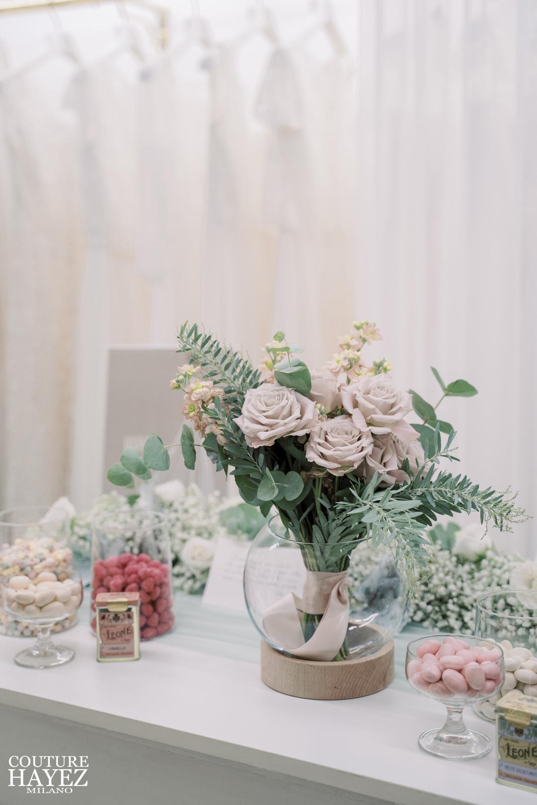 bouquet da sposa con rose vellutate rosa antico e foglie di eucalipto