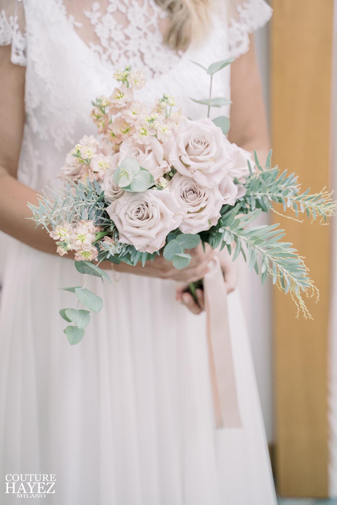 ispirazioni bouquet matrimonio primavera estate, Rose quick sand, viola ciocca apricòt, ramoscelli di cinerea e di mimosa